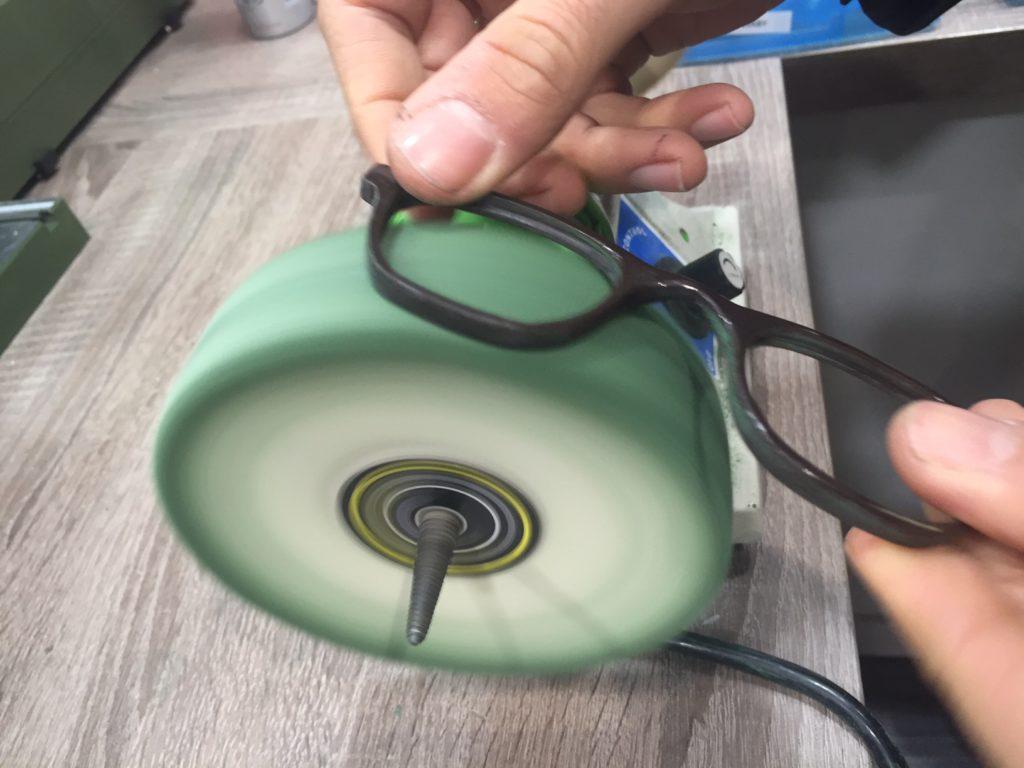 polir des lunettes